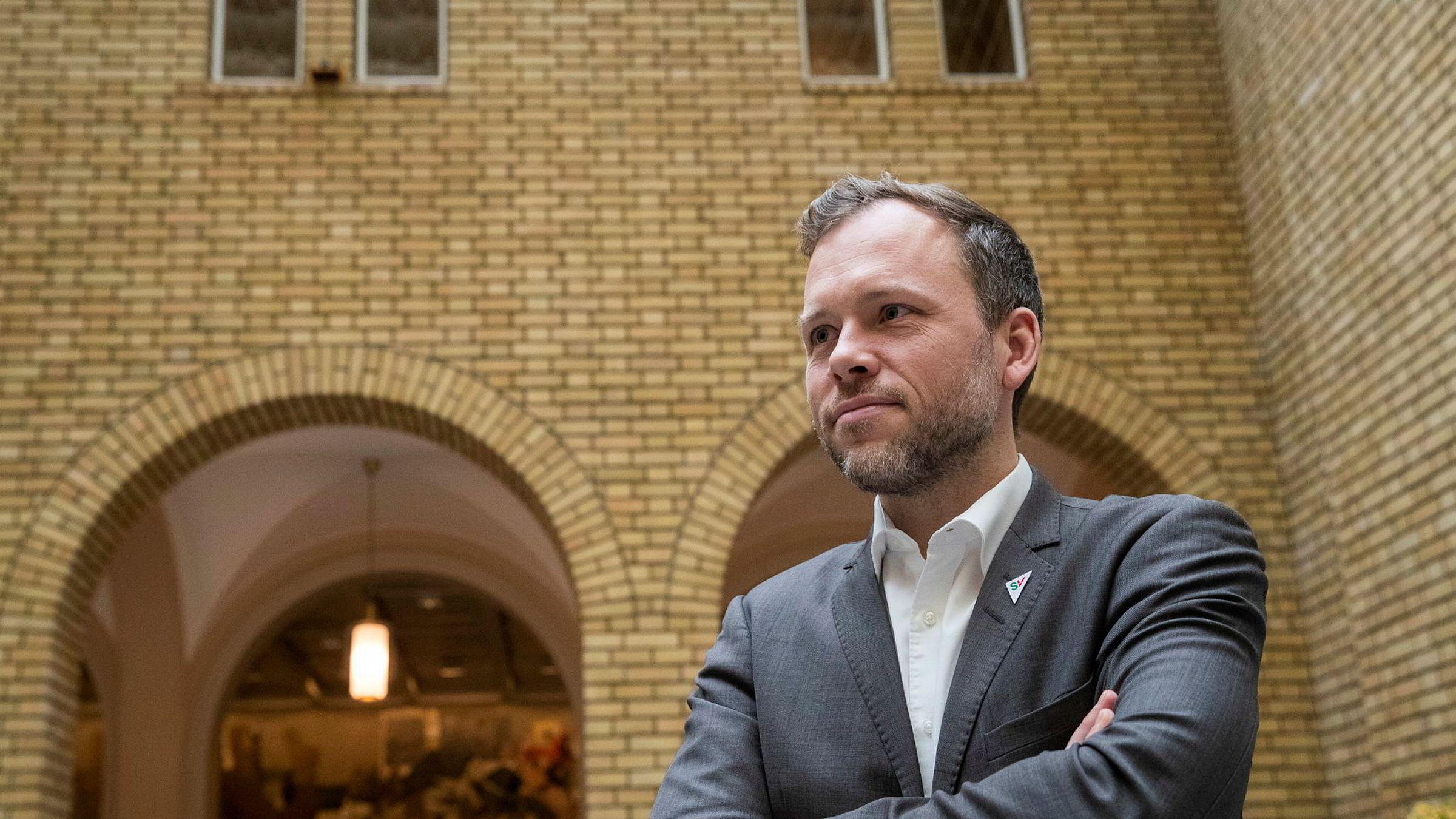 SV- leder Audun Lysbakken i mener det er oppsiktsvekkende og skuffende at finansminister Jan Tore Sanner (H) på få timer forkaster Finanstilsynets råd om å forby banker og forsikringsselskaper å betale ut utbytte for 2019 inntil videre.