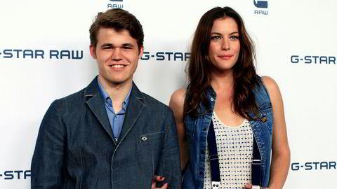 Den norske sjakkspilleren Magnus Carlsen sammen med skuespiller Liv Tyler på den røde løperen i forbindelse med et moteshow for G-Star Raw under New York Fashion Week i 2010.