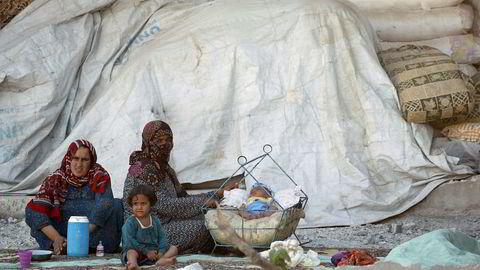 Kvinner og barn fotografert i Raqqa i Syria mandag.