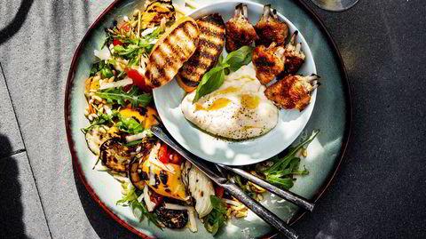 Salat med kokt eller stekt egg, og syltede grønnsaker.