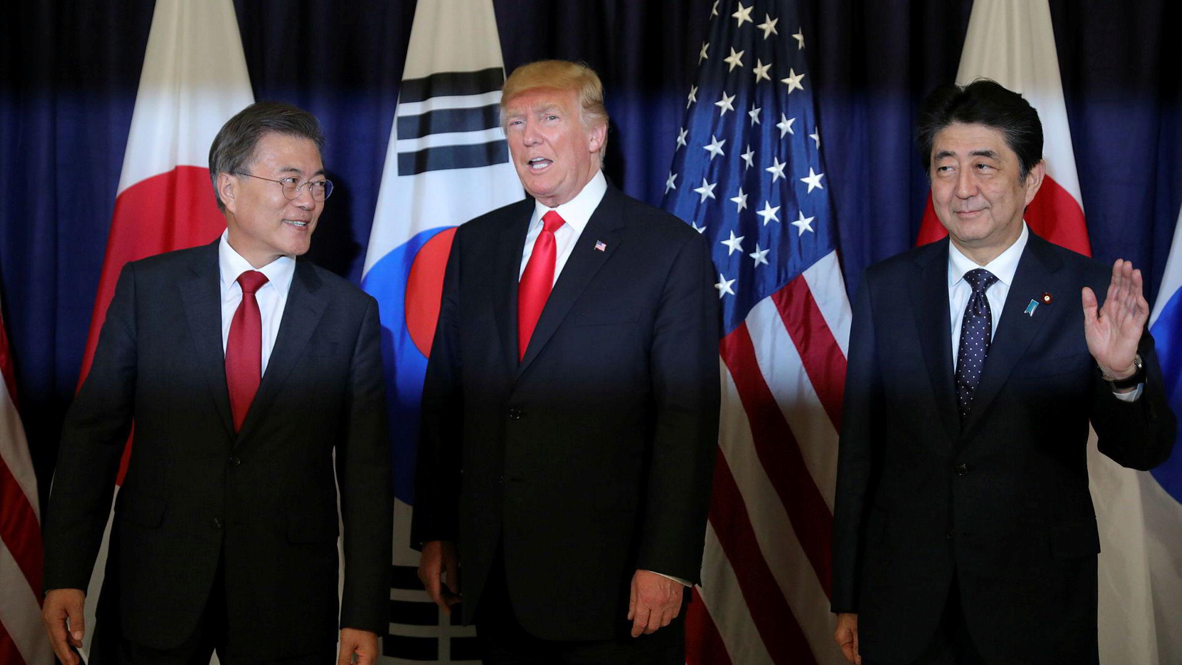 USAs president Donald Trump møter Japans statsminister Shinzo Abe og Sør-Koreas president Moon Jae-in fotografert sammen under G20-møtet i juli i år.