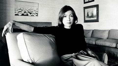Avmålt eleganse. Journalist og romanforfatter Joan Didion utsondrer klar og avmålt eleganse, noe som også kjennetegner hennes elskede skrivestil. Hun har ofte inngående beskrevet klær som en sosial og kulturell markør hos menneskene hun portretterer.