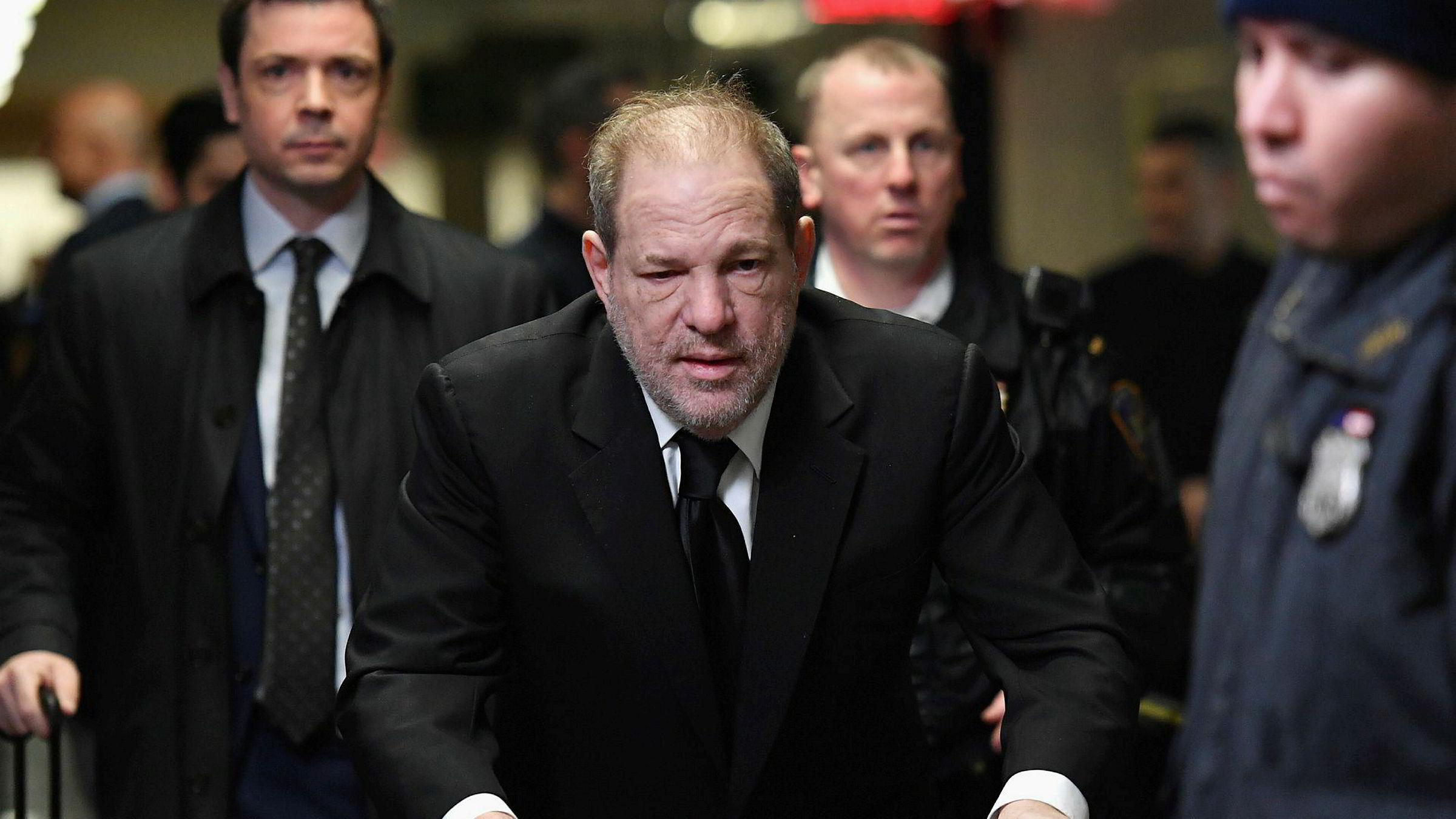 Bortimot 90 kvinner, blant dem Angelina Jolie og Gwyneth Paltrow, har anklaget tidligere filmmogulen Harvey Weinstein for voldtekter, overgrep og seksuell trakassering.