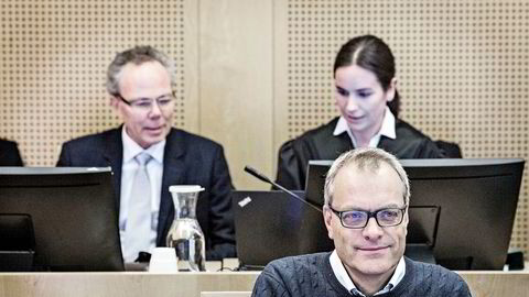 Økokrim-tiltalte Christian Selmer er slått konkurs. Her er han fotografert fra behandlingen av straffesaken i Oslo tingrett. Bak ses medtiltalte Arne Helland og advokat Eli Johanne Apold.