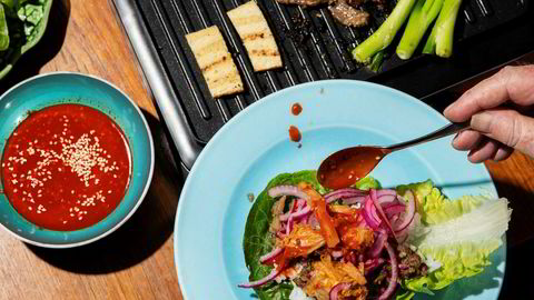 Ild og biff. Dette er bulgogi, også kjent som «Korean Barbeque», trolig den mest kjente av alle koreanske retter. Tilbehøret velger du selv, men en sterk saus og/eller kimchi er obligatorisk.