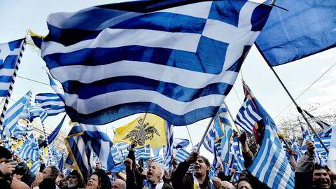 Demonstranter i Aten har flere ganger latt sin misnøye gå ut over bilene til utsendte diplomater. Her fra en demonstrasjon om navnestriden med Makedonia tidligere i år.