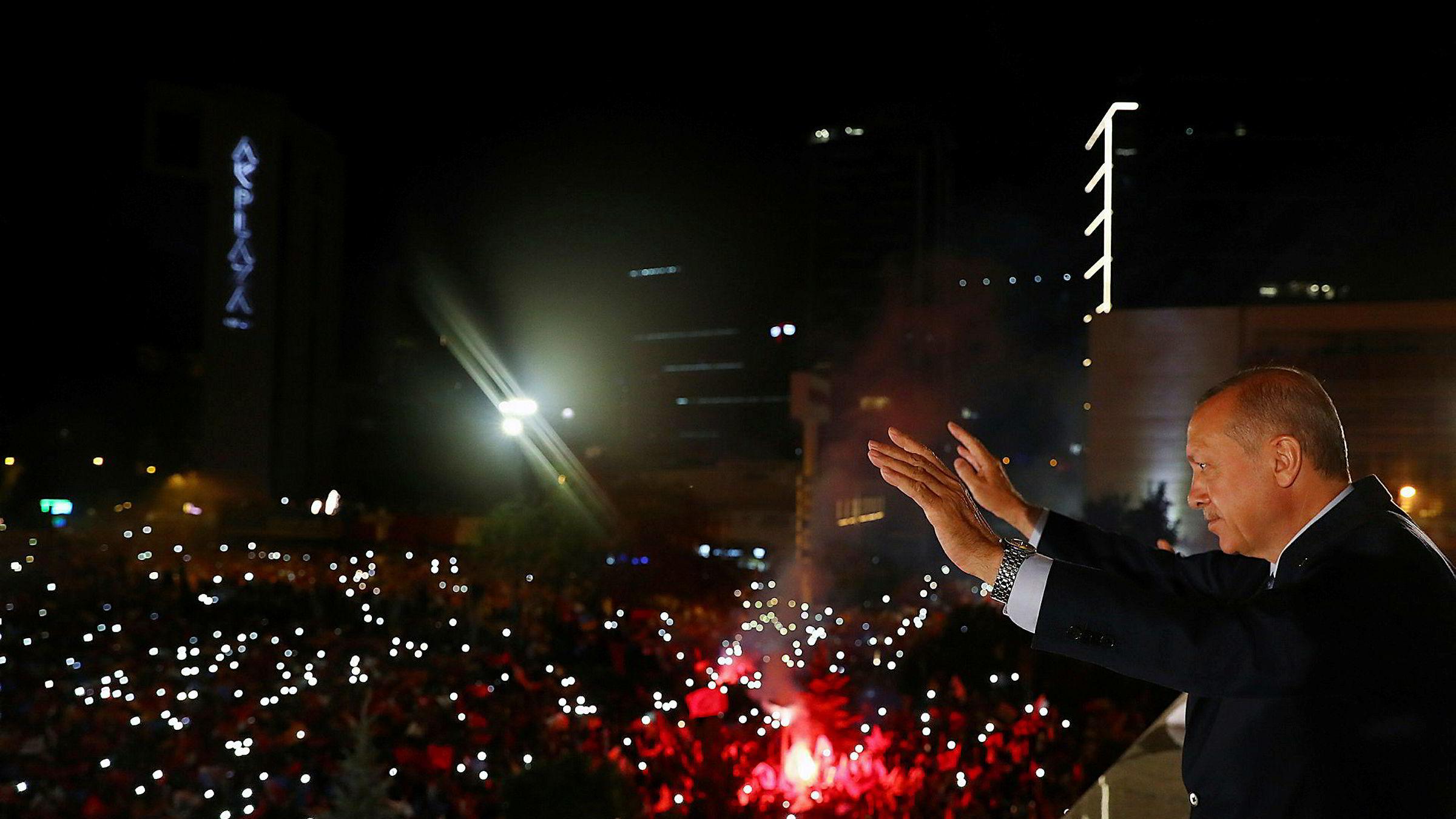 Tyrkias president, Recep Tayyip Erdogan, vinker til sine tilhengere tidlig mandag morgen etter at han erklærte seier etter valget som var på søndag.