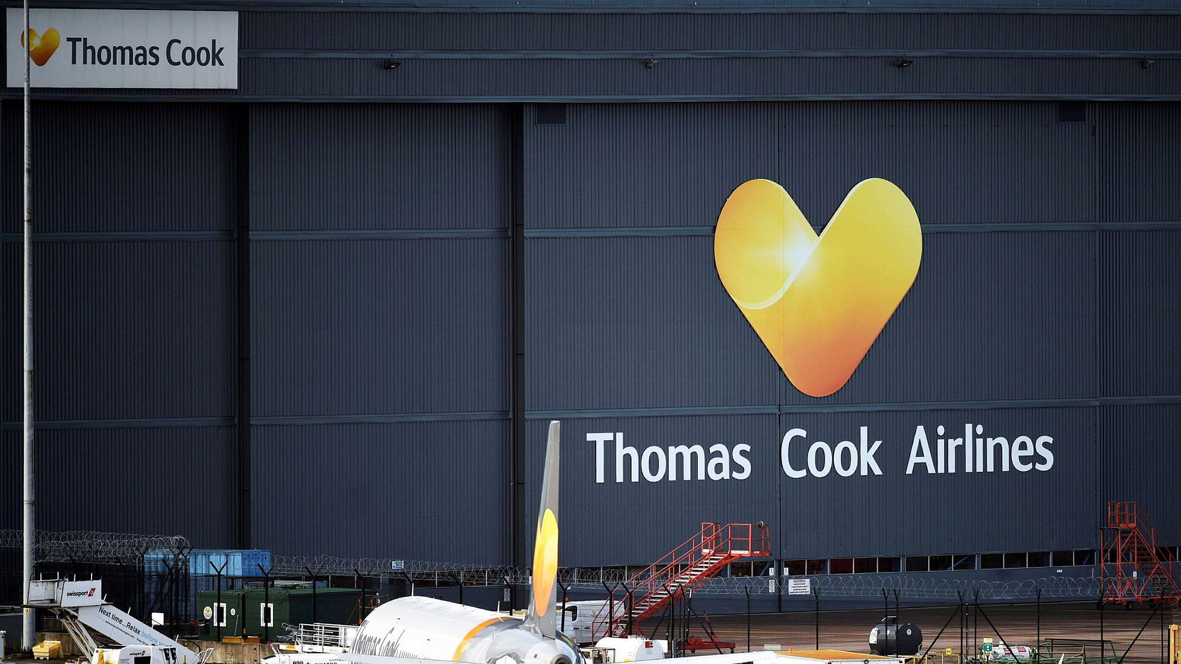Et fly tilhørende den britiske turoperatøren Thomas Cook står parkert på flyplassen i Manchester 23. september.