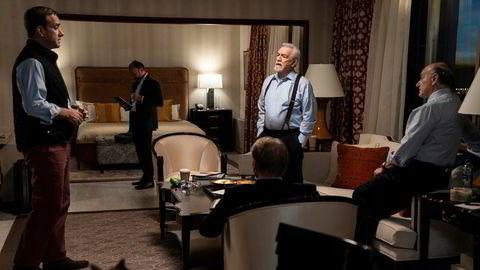 Hvem skal ut? Svigersønn Tom (Matthew Macfadyen, fra venstre), svigerfar og mediemogul Logan Roy (Brian Cox) og Logans lakei, Frank (Peter Vernon), diskuterer hvem som skal ta fallet i tilfelle FBI faktisk har noe på dem.