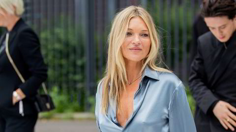 Silke. Kate Moss viser hvordan man kan bære en silkeskjorte med verdighet i dagens motebilde. Her er den britiske 46-åringen utenfor en Dior-visning i Paris under moteuken for menn i 2019.