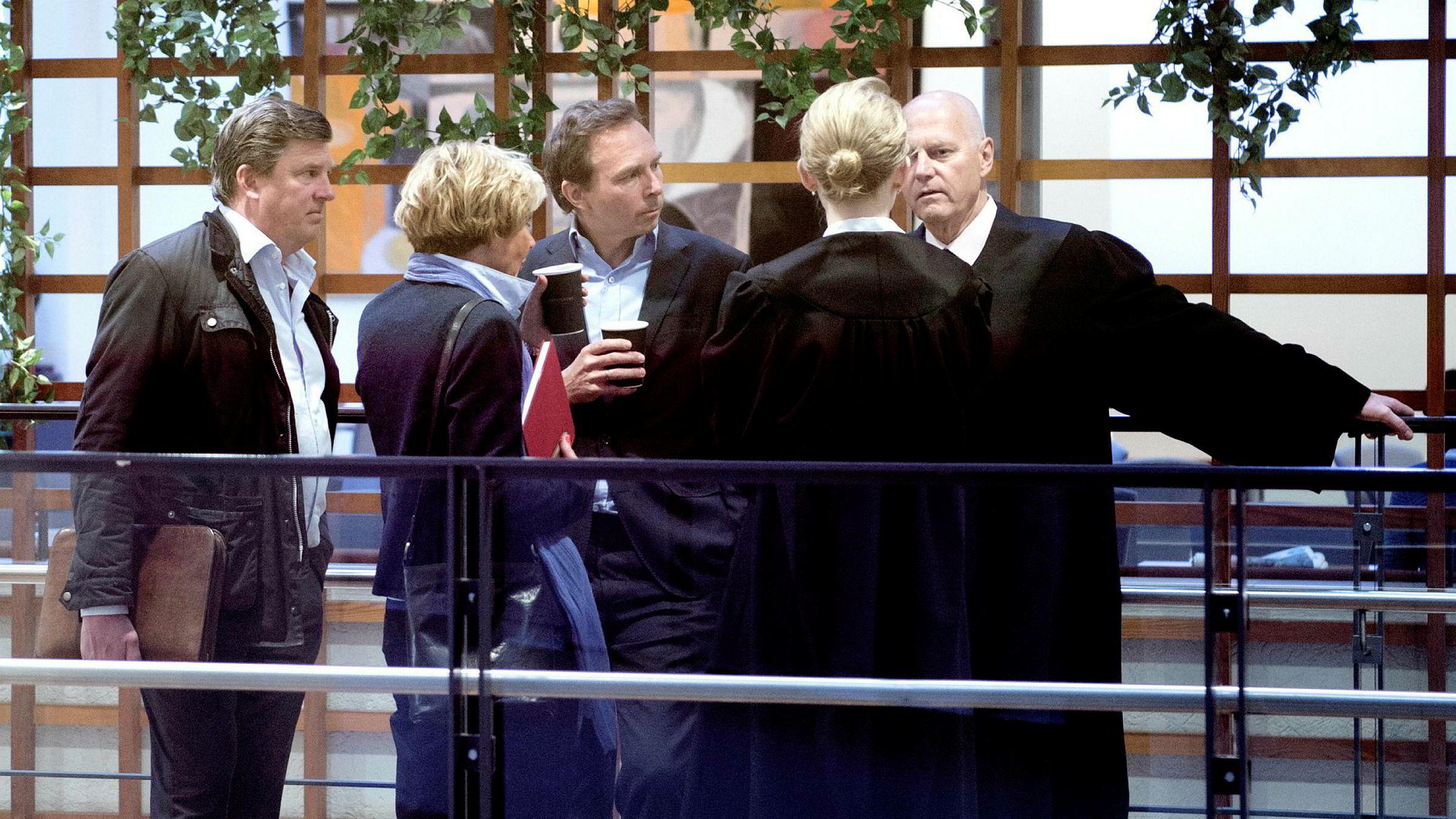 Aschehougs konsernsjef Mads Nygaard (i midten) konfererte med pr-rådgiver Morten Pettersen i Boldt (fra venstre) visekonsernsjef Kari-Anne Haugen, advokatfullmektig Kirsten Lange og advokat Anders Ryssdal fra advokatfirmaet Glittertind før han skulle inn og vitne i Oslo tingrett torsdag.