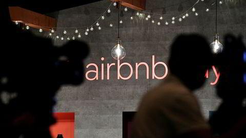 En mann trodde han kjøpte aksjer i overnattingsselskapet Airbnb vinteren 2019, men hevder han ble svindlet. Avbildet er fra en Airbnb-pressekonferanse i Tokyo i juni 2018.