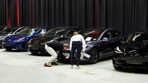 Nok en måned med store Tesla-leveringer er unnagjort. I juni fikk Tesla 3012 Model 3 norske skilter. Her fra utleveringen på Norges Varemesse på Lillestrøm.