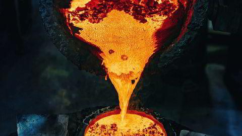Flytende metall. Kirkeklokker støpes i klokkebronse, en blanding av 80 prosent kobber og 20 prosent tinn. Metallet varmes til over 1000 grader.