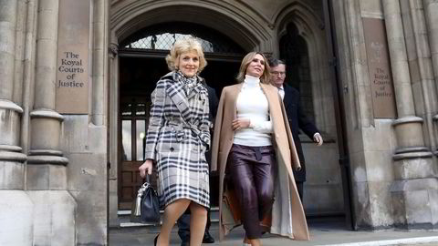 Tatiana Akhmedova (til høyre), med den kjente skilsmisseadvokaten Fiona Shackleton utenfor High Court i London.