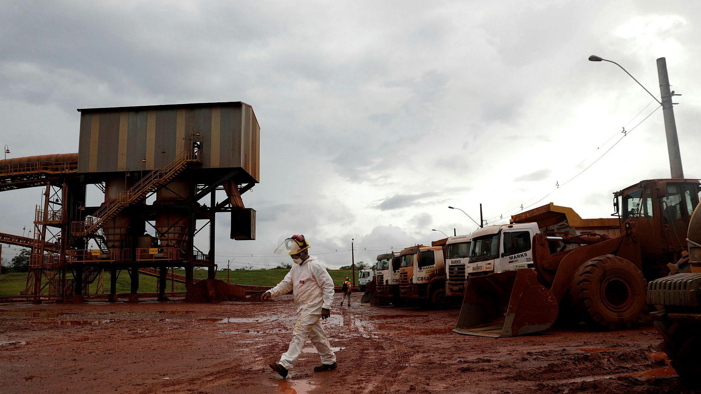 En arbeider ved Hydros anlegg i Barcarena i Brasil. Brasilianske myndigheter har pålagt Hydro flere millioner i dagbøter.