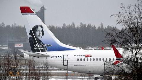 Norwegians nyeste flymodell Boeing 737 Max er parkert på bakken. Straks flyforbudet blir løftet, får selskapet levert et stort antall fly, og selskapet risikerer straffetoll på innførsel av fly fra USA. Her et 737 Max-fly på Arlanda-flyplassen i Stockholm.