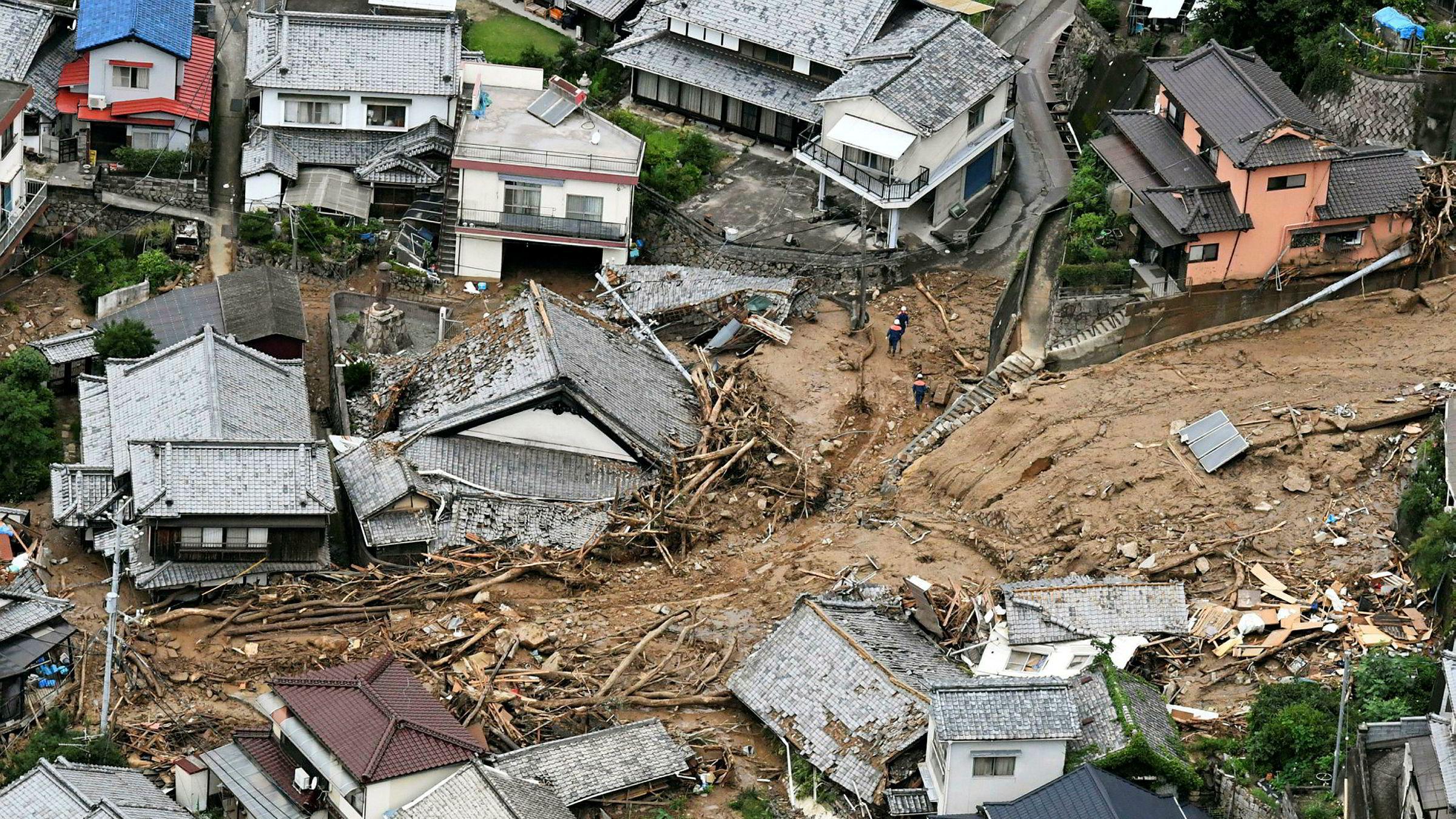 Storflommen i Japan har etterlatt seg en rekke ødelagte hus i byen Kure.