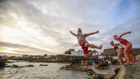 Folk kastet seg ut i den kalde sjøen i Sandycove i Dublin i det tradisjonelle årlige julebadet første juledag. Irland gikk fra å ha den laveste smitteveksten av koronaviruset til 1.288 bekreftede smittetilfeller per 1 million.