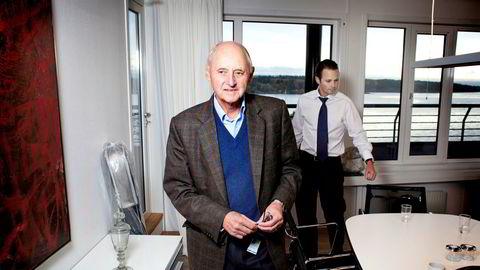 Konsernsjef Thomas Wilhelmsen (bak) og hans far, skipsreder Wilhelm Wilhelmsen, kontrollerer makten i Wilhelmsen-rederiet gjennom farens ene A-aksje i familieselskapet Tallyman. Nå vil en annen del av familien ha et oppgjør.