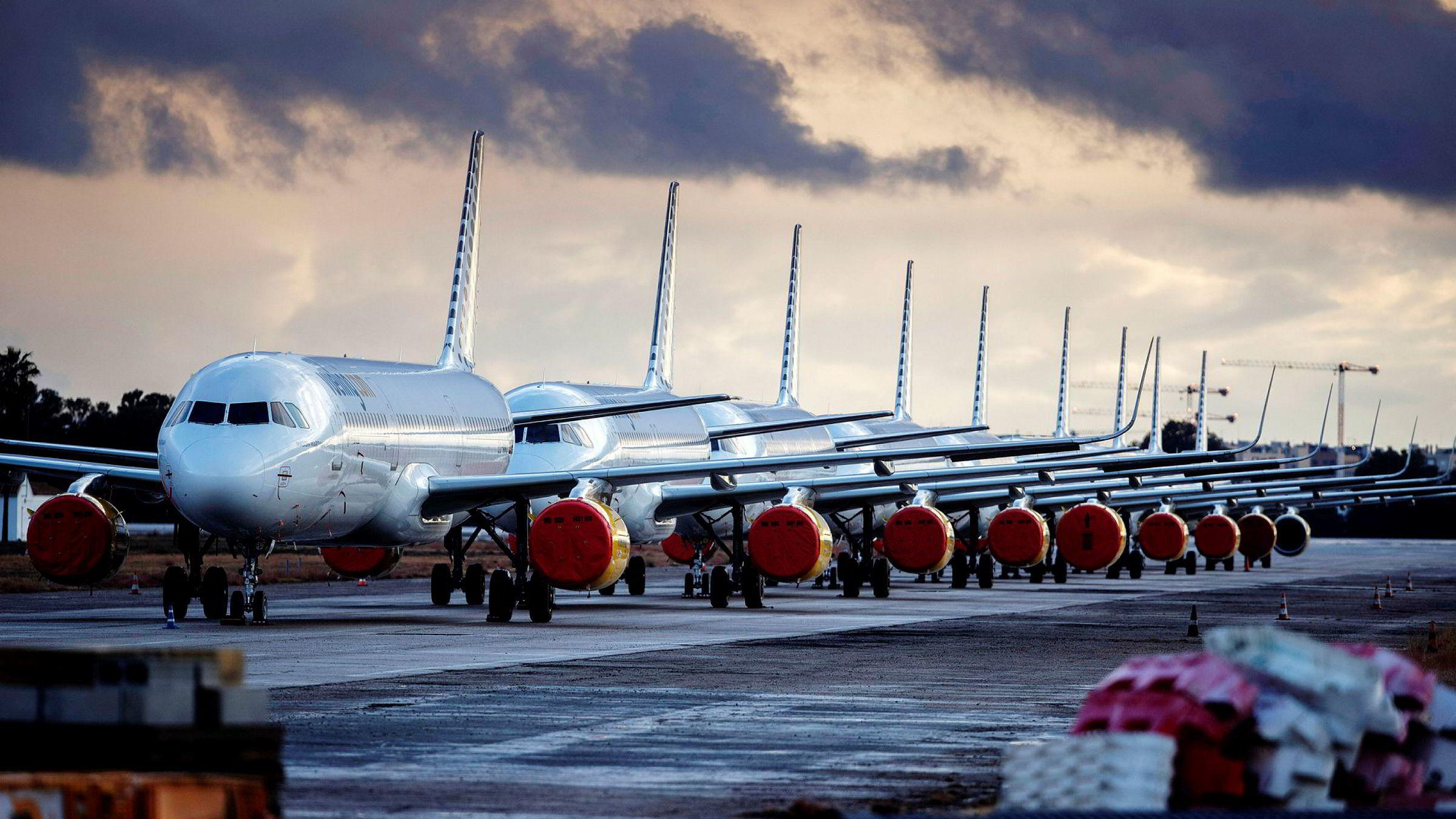 Koronafast. Flyene til det spanske flyselskapet Vueling Airlines står parkert på rekke og rad på flyplassen i Sevilla.