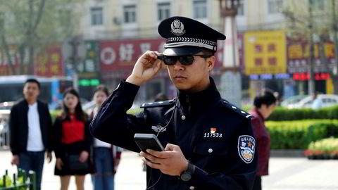 Smartbrillene som politiet i den kinesiske byen Luoyang benytter er som tatt ut fra en science fiction-film fra 1980-tallet. De benytter kunstig intelligens (AI) og er tilkoblet sentrale overvåkningsdatabaser via smarttelefoner.