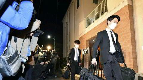 Representanter for påtalemyndigheten i Tokyo bærer ut bevis etter å ha ransaket Carlos Ghosns bolig i den japanske hovedstaden.