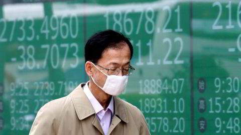 Tokyo-børsen har en nervøs start på uken etter et plutselig økning i antall smittede i Japan de siste dagene. Yenkursen har styrket seg mot amerikanske dollar, noe som slår negativt ut for eksportørene.