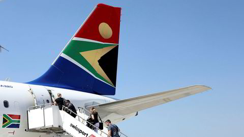 Passasjerer boarder et fly tilhørende South African Airways.