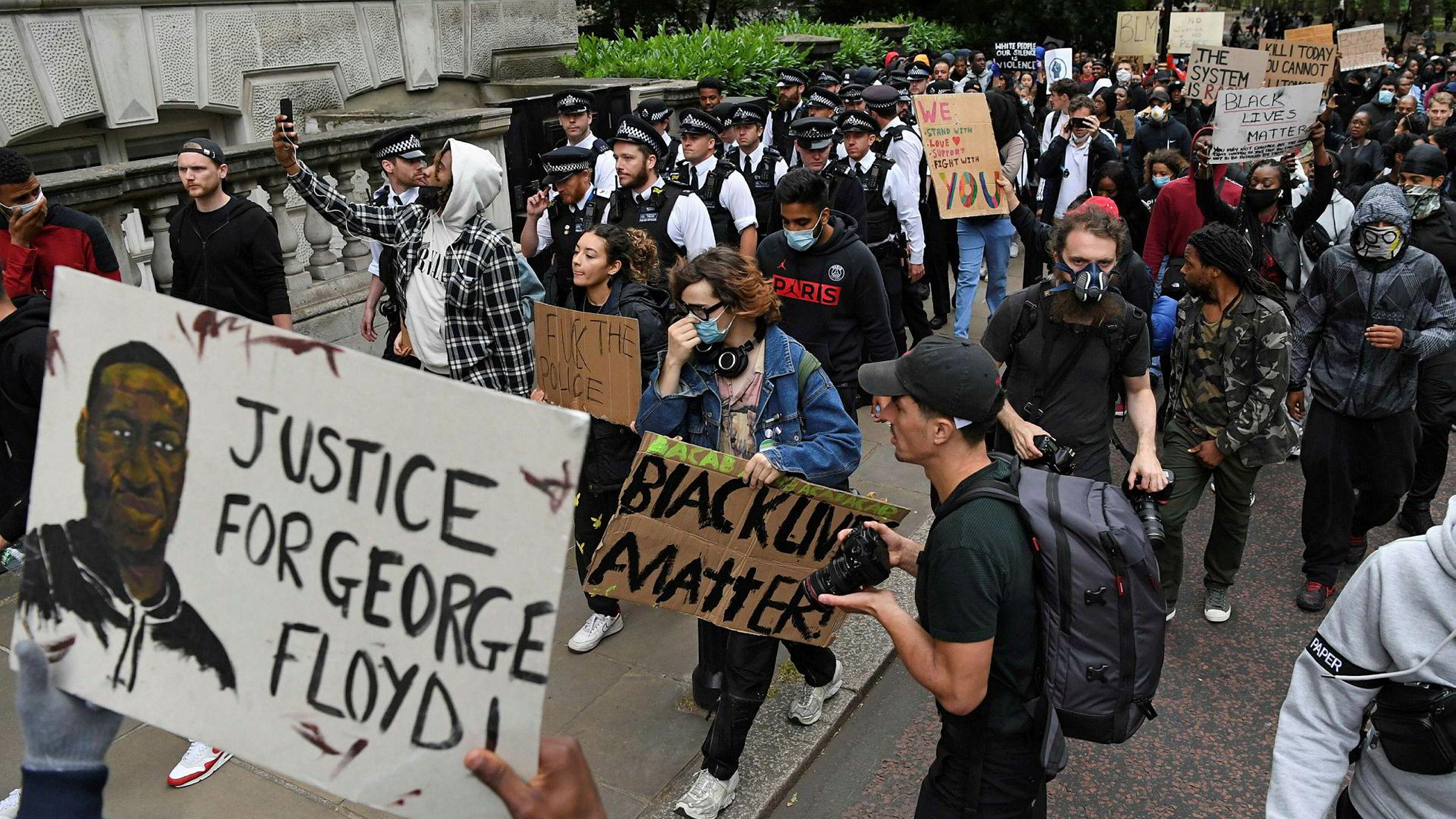 Demonstrasjoner til støtte for avdøde George Floyd har spredt seg til store deler av verden, her fra London.