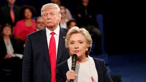 President Donald Trump vil etterforske sin tidligere rival Hillary Clinton. Her fra den etter hvert legendariske duellen mellom de to i St. Louis i oktober i fjor, en måned før Trump vant valget.