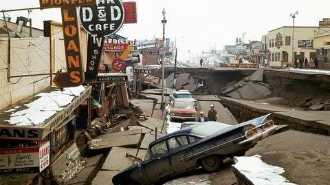 Momentant endring. Anchorage sentrum i Alaska 29. mars 1964, to dager etter at byen ble rammet av det kraftigste jordskjelvet i USA i historisk tid, som blant annet senket hovedgaten seks meter.