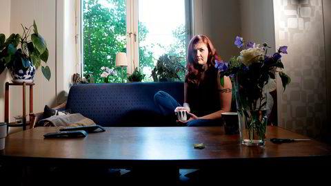 – Jeg var så utmattet at jeg ikke kunne løfte min egen tekopp fra bordet eller gå på do alene, forteller journalist Maren Sæbø. Hun ble syk allerede i begynnelsen av mars.