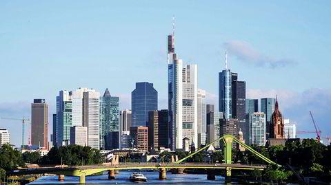 Skulpturelt. Frankfurt am Main har lenge hatt en særegen status som Tysklands finans- og skyskraperhovedstad -- her avbildet sommeren 2016. Brexit har bidratt til at byggeaktiviteten i høyden stadig er livlig, og en rekke nye prosjekter er underveis i byen.