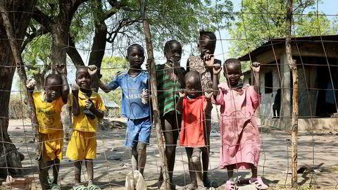 Handel og investeringer gir økonomisk vekst, men også bistand bidrar. Fortsatt er det 700 millioner ekstremt fattige i verden. Her hjemløse barn i Akobo, Sør Sudan.