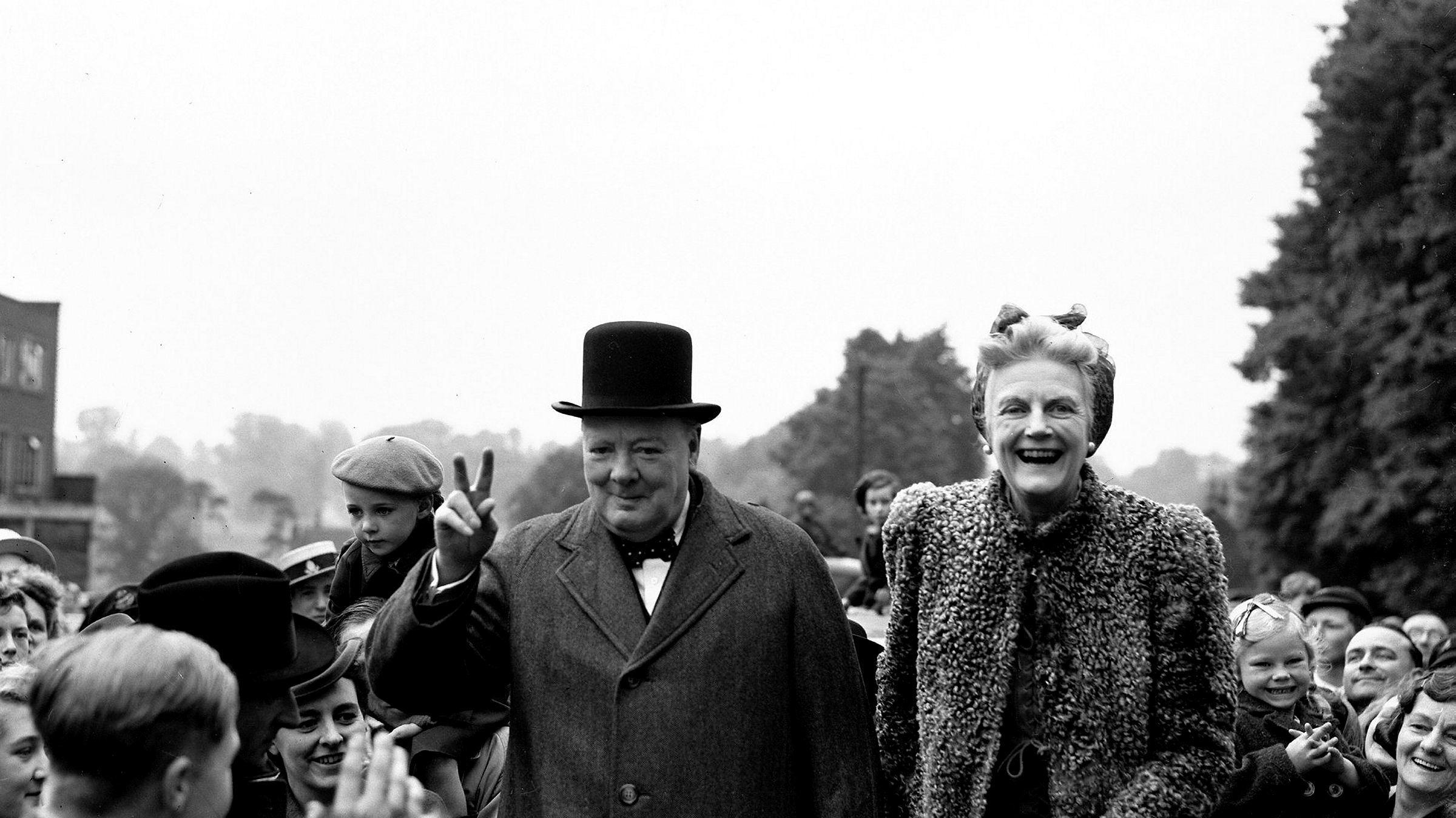Storbritannias statsminister Winston Churchill og konen Clementine på valgkamp i 1945. Allerede i 1909 påpekte Churchill urimeligheten i høye private grunnrenter, som hos store jordeiere, skriver artikkelforfatteren.