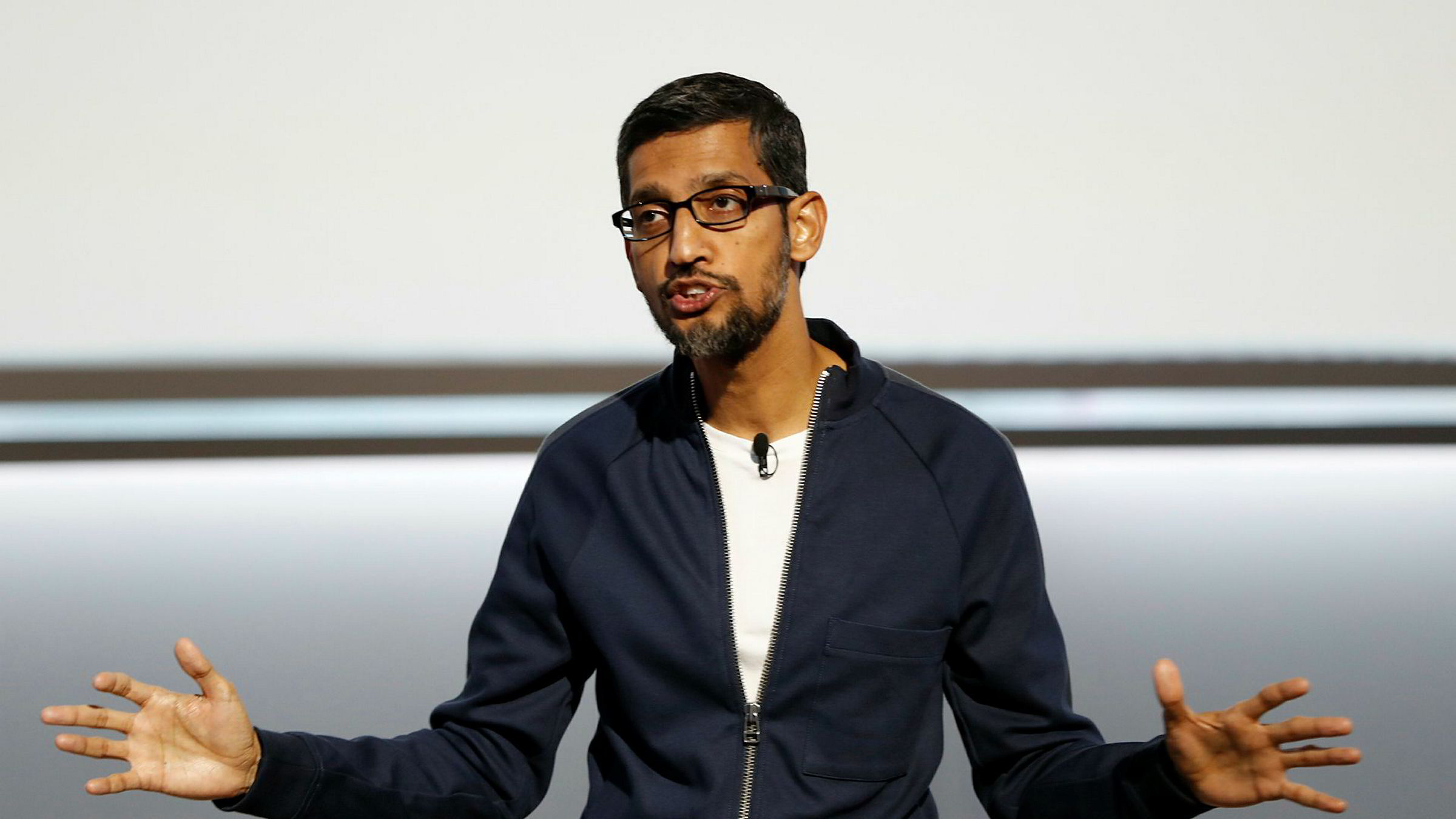 Google - toppsjef Sundar Pichai snakker her under en lansering i San Francisco, 4. oktober. Selskapet sier nå de har funnet tegn på russisk innblanding i det amerikanske presidentvalget.