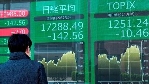 Investorer er rådville og det er fortsatt store bevegelser ved Asia-børsene ved inngangen til en ny uke. Her fra Tokyo, hvor børsen falt da den åpnet, for deretter å ta seg inn noen minutter senere, for deretter å falle igjen. Den japanske sentralbanken har innkalt til krisemøte. Regjeringen sier de vil iverksette «dristige og enestående tiltak».