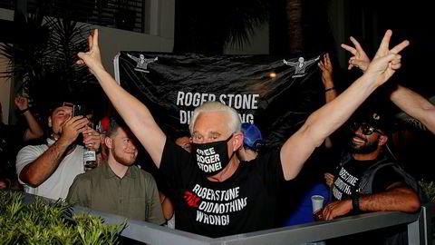 Roger Stone, tidligere rådgiver for Donald Trump, feirer at han ikke må sone en fengselsdom på tre år og fire måneder, utenfor sitt hjem i Florida. Stone er ikke benådet, og dommen han har fått står derfor fremdeles.