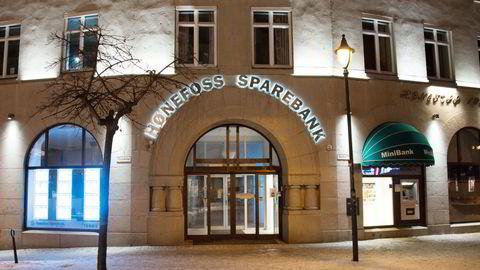 Hønefoss Sparebank er blant de mindre bankene som har fått kritikk fra Finanstilsynet for sitt arbeid innenfor antihvitvask, skriver artikkelforfatteren.