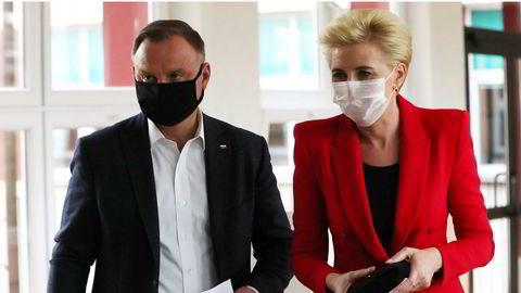 Sittende president Andrzej Duda og førstedame Agata Kornhauser-Duda i et stemmelokale i Krakow, søndag 12. juli.