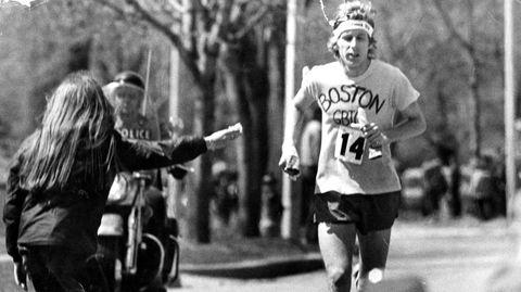 Funnet og hjemmesnekret. Bill Rodgers vinner Boston maraton med en t-skjorte funnet i en søppelkasse. Sjekk amatørskriblringen med tusj på brystet. Så på med pannebåndet, og et par hvite malehansker som broren hans hadde kjøpt inn like før start.