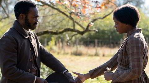 Cora Randall (Thuso Mbedu, til høyre) rømmer fra en plantasje i Georgia, bare for å finne at friheten slik hun hadde forestilt seg den, ikke finnes.