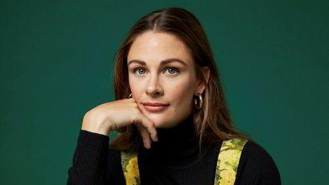 Blomsterbarn. Drakten har Jenny Skavlan sydd om av en gammel gardin. Den svarte høyhalseren er fra hennes nye kolleksjon for Pierre Robert, i svanemerket ull.