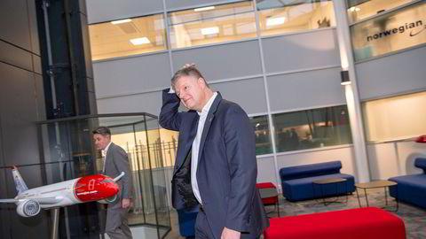 På Norwegians hovedkontor står en modell av langdistanseflyet Boeing 787 Dreamliner – men det er fortsatt uklart om toppsjef Jacob Schram (til høyre) får fortsette med den delen av virksomheten etter korona. Bak: Finansdirektør Geir Karlsen.