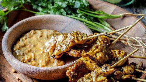 Kyllingspyd. Gai satay, eller grillede kyllingspyd med peanøttsaus, er sterkt vanedannende. Terje Ommundsens kokosmelk/peanøttsaus er absolutt blant de beste jeg har smakt.