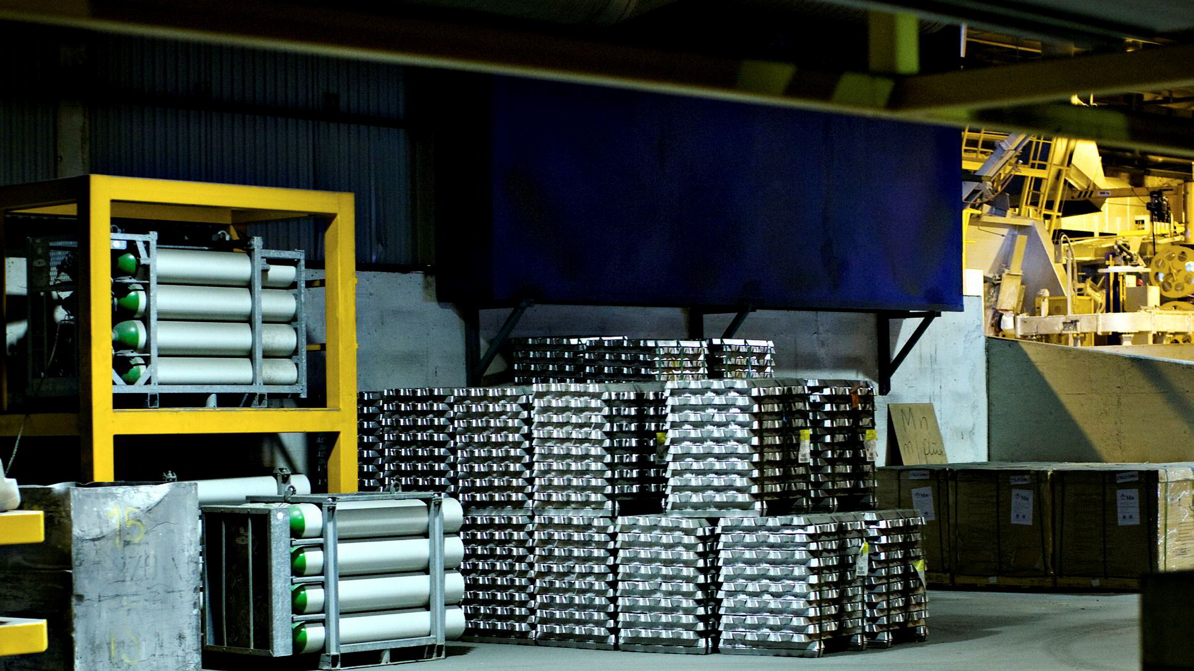 Fremover må norsk eksport utenom olje og gass vokse raskere for å kompensere for fallet i fremtidige oljeinntekter, skriver Otto Søberg og Ivar Slengesol i innlegget. Her er aluminium produsert av Hydro på Sunndalsøra på Nordmøre.
