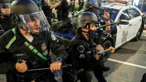 Politiet i Los Angeles rydder en gate for demonstranter denne uken.