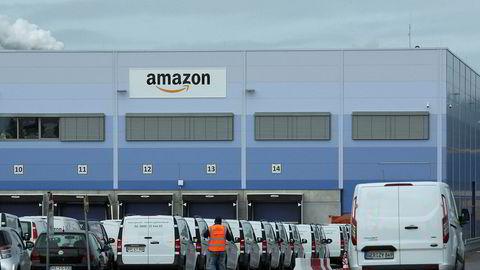 I Tyskland er det nå 17 millioner Amazon Prime-abonnenter, noe som utgjør rundt 45 prosent av alle tyske husstander, skriver Jon Erik Ofstad i innlegget. Bildet er fra Amazons lager i Mannheim i Tyskland.
