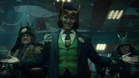Tom Hiddleston (i midten) har spilt den norrøne guden Loke i flere Marvel-filmer, og vender nå tilbake med sin egen tv-serie.